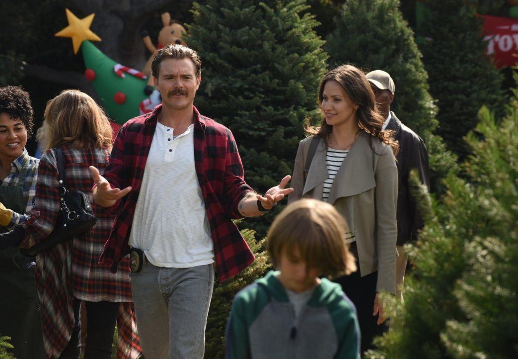 Jetzt, da Riggs (Clayne Crawford, l.) Teil einer kleinen Familie mit Molly (Kristen Gutoskie, r.) und Ben ist, lebt er sein Leben weniger riskant -... - Bildquelle: Warner Brothers