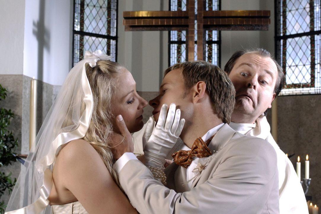 Pfarrer Markus (Markus Majowski, r.) ist am Verzweifeln. Mathias (Mathias Schlung, M.) hält sich nicht an den Ablauf der Hochzeitszeremonie: Erst w... - Bildquelle: Sat.1