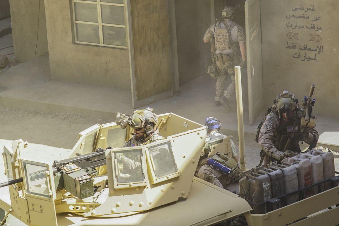 Um Informationen über eine mögliche Chemiewaffenproduktion zu sammeln, wird das Navy SEAL Team nach Syrien geschickt, doch dann werden sie von einer... - Bildquelle: Monty Brinton Monty Brinton/CBS   2017 CBS Broadcasting, Inc. All Rights Reserved.