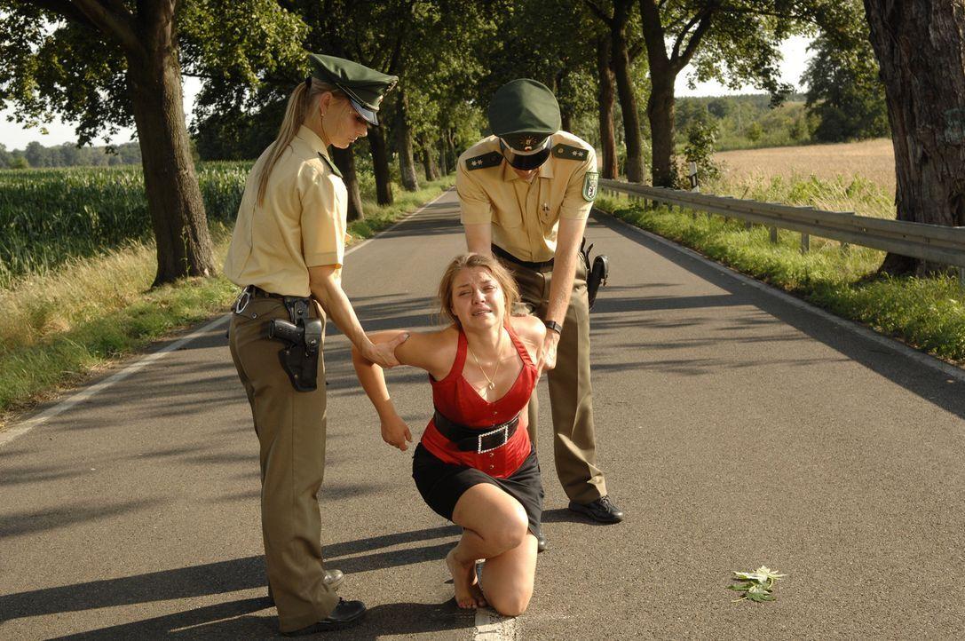 Katja (Karolina Lodyga, M.) muss sich der Polizei stellen ... - Bildquelle: Sat.1