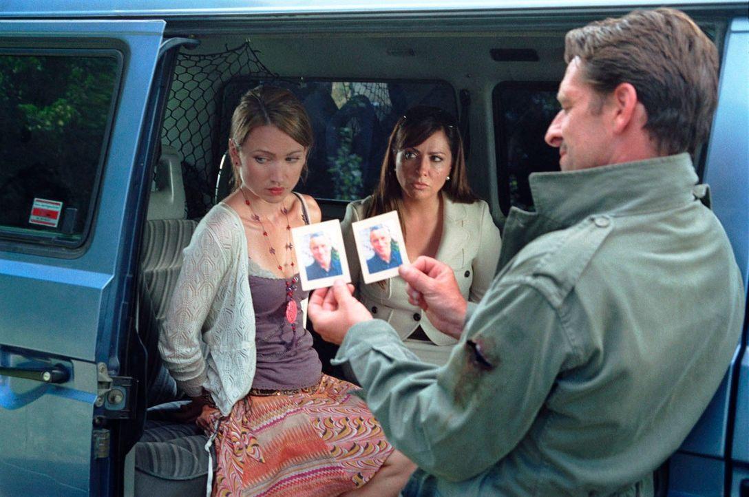 Beim Kramen in den Handtaschen stößt Max (Max Tidof, r.) in den Brieftaschen der beiden Frauen (Lisa Maria Potthoff, l.; Simone Thomalla, M.) auf da... - Bildquelle: Hardy Spitz Sat.1