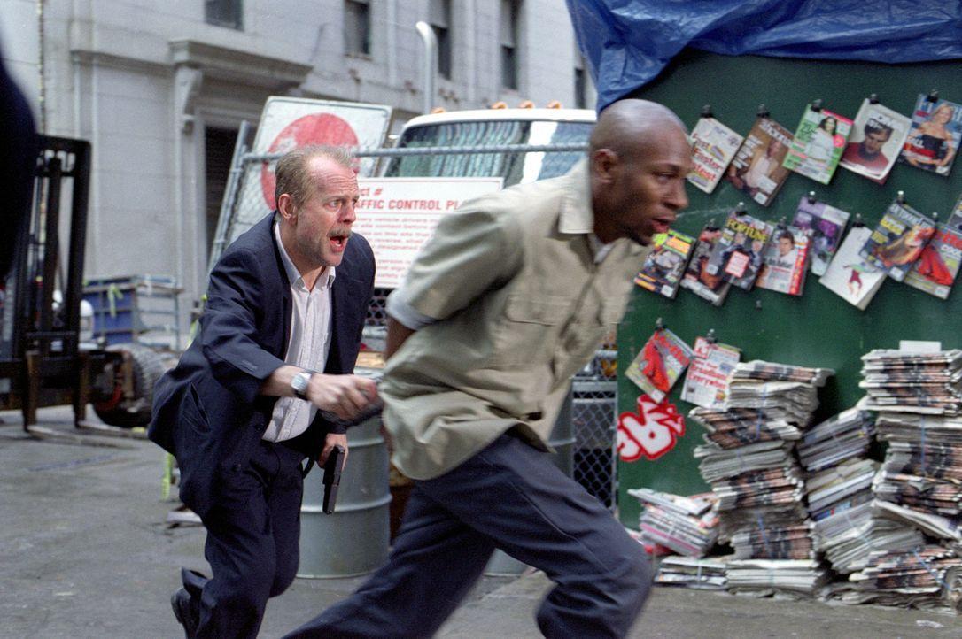 Nur 16 Blocks soll der Cop Jack Mosley (Bruce Willis, l.) den geschwätzigen Eddie Bunker (Mos Def, r.) von der Zelle in den Gerichtssaal bringen. D... - Bildquelle: Nu Image