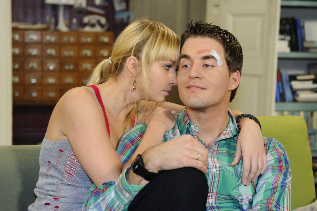 Für Lily (Jil Funke, r.) ist es nicht leicht, dass Jojo in die WG einzieht und sie versucht durch Lars (Alexander Klaws, l.) auf andere Gedanken zu... - Bildquelle: SAT.1