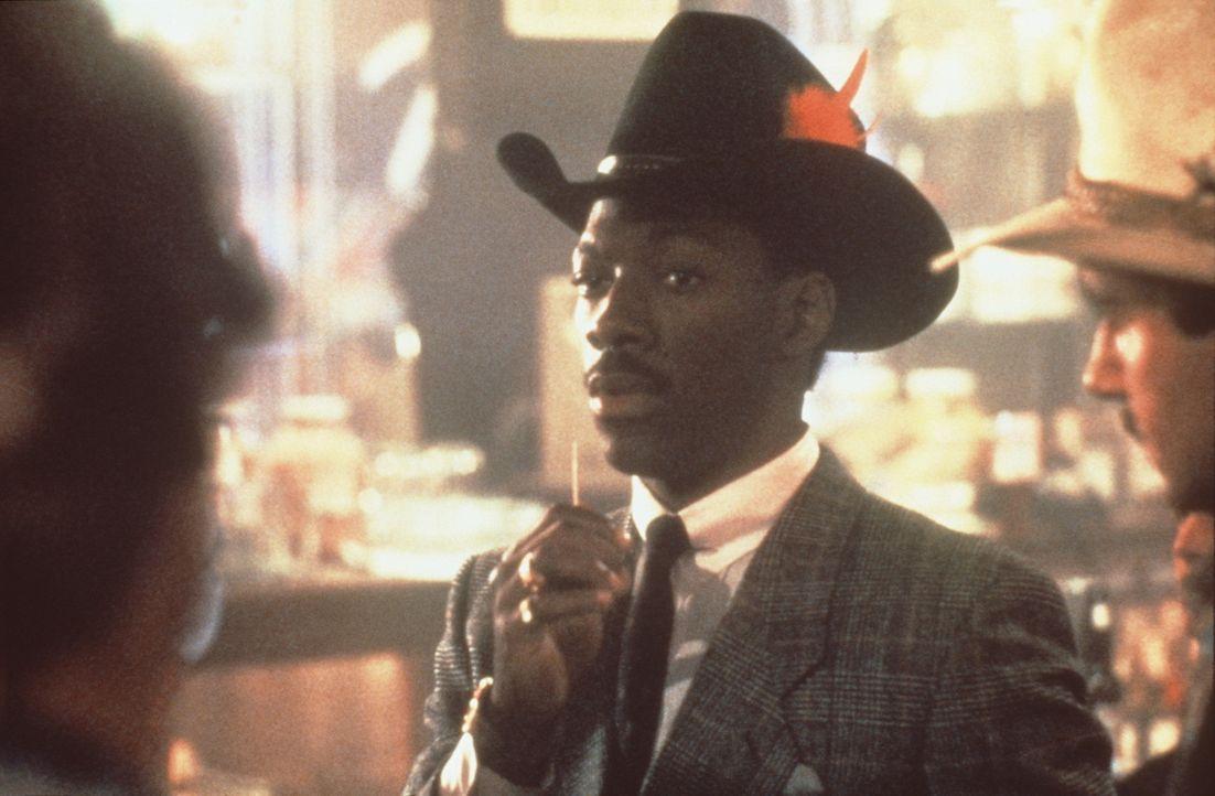 Plappermaul Reggie (Eddie Murphy, M.) versucht im Nadelstreifenanzug und mit Cowboyhut im Western-Saloon nicht aufzufallen. Aber bei den vielen rass... - Bildquelle: Paramount Pictures