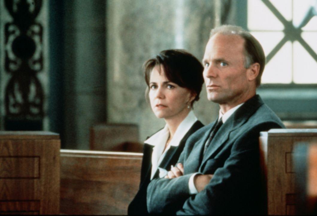 Der Mörder ihrer Tochter wird schnell überführt, aber wegen eines Formfehlers vom Gericht freigesprochen. Gegen den Widerstand ihres Mannes Mack (Ed... - Bildquelle: Paramount Pictures