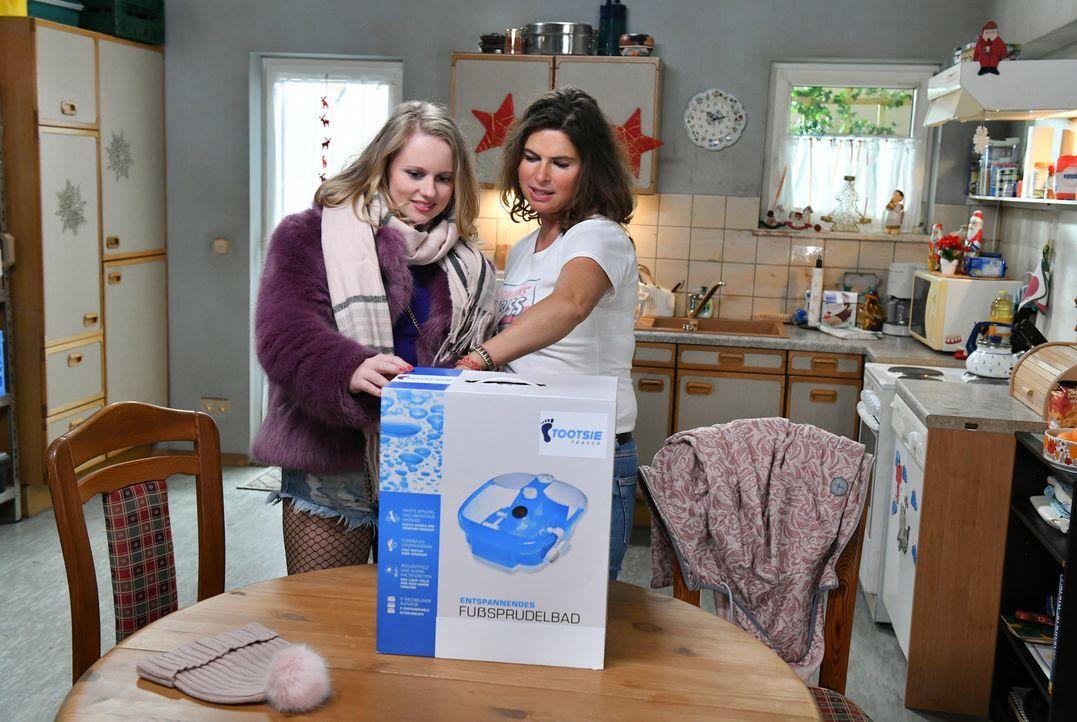 Mit was überrascht Anja (Franziska Breite, l.) Elke (Anne Brendler, r.)? - Bildquelle: Claudius Pflug SAT.1/Claudius Pflug