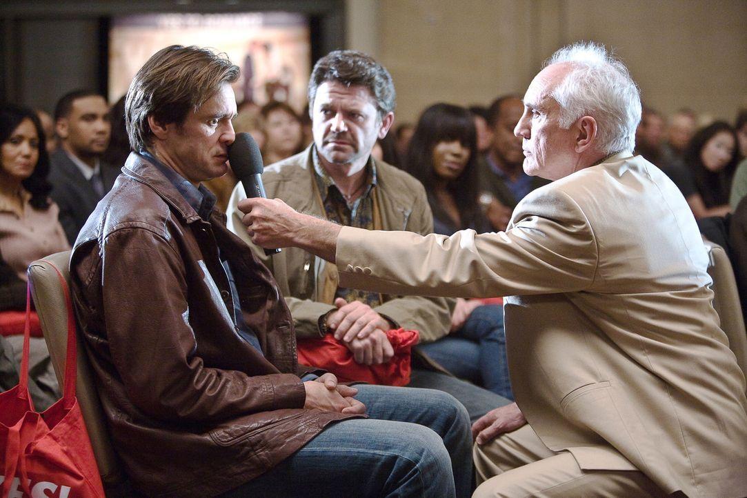 Carl Allen (Jim Carrey, l.) steht dem Leben pessimistisch gegenüber. Doch eines Tages lernt er über Nick (John Michael Higgins, M.) den Motivation... - Bildquelle: Warner Bros.