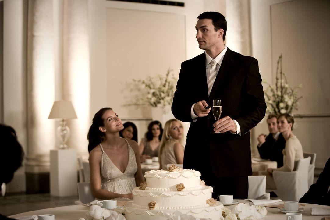 Weil der Klatschreporter Ludo die Hochzeit von Yvonne Catterfeld (Yvonne Cattefeld, l.) und Wladimir Klitschko (Wladimir Klitschko, r.) gehörig ver... - Bildquelle: Warner Bros.