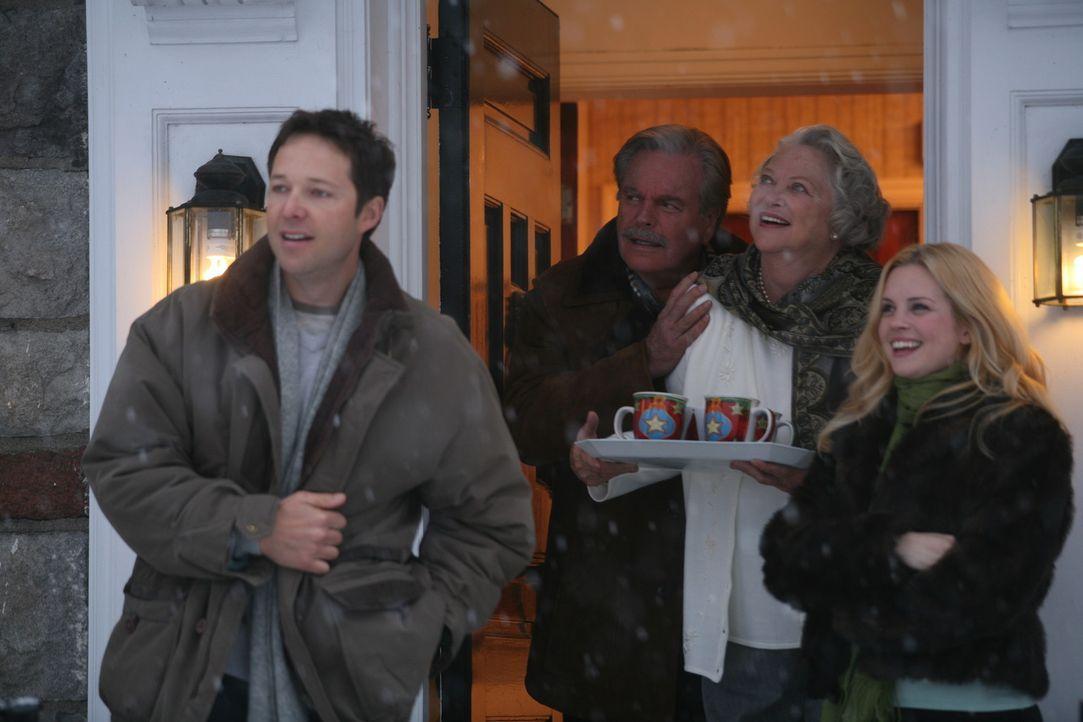 Können endlich das Weihnachtsfest genießen: (v.l.n.r.) Henry Mitchell (George Newbern), Mr. Wilson (Robert Wagner), Mrs. Wilson (Louise Fletcher)...