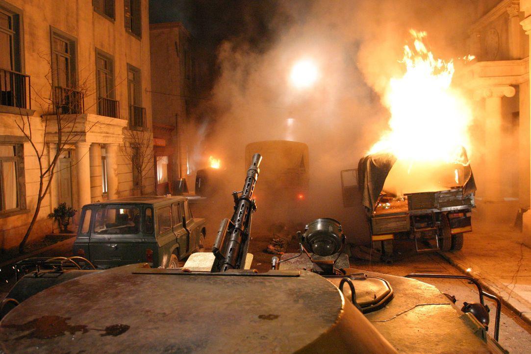 Belagert von schießwütigen Kommunisten muss der Verteidigungschef der amerikanischen Botschaft in Moldawien nicht nur die Rebellen in Schach halte... - Bildquelle: 2005 Micro Fusion 2004-15 LLP. All rights reserved.