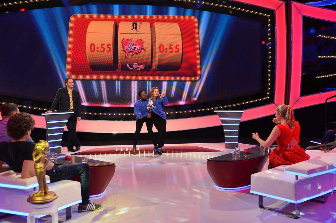 Stefan Mross (l.), Atze Schröder (2.v.l.) und Spielmacher Paul Panzer (3.v.l.) sind gespannt, wie sich das Frauen-Team um Nikeata Thompson (3.v.r.),... - Bildquelle: Willi Weber SAT.1