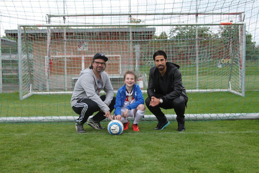 Hennig Wehland (l.) und Fußball-Weltmeister Sami Khedira (r.) erfüllen Rosalie (M.) einen ganz besonderen Wunsch ... - Bildquelle: SAT.1
