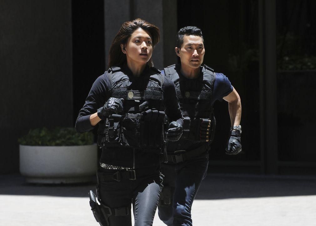 Sind dem Täter dicht auf den Fersen: Kono (Grace Park, l.) und Chin (Daniel Dae Kim, r.) ... - Bildquelle: Norman Shapiro 2016 CBS Broadcasting, Inc. All Rights Reserved