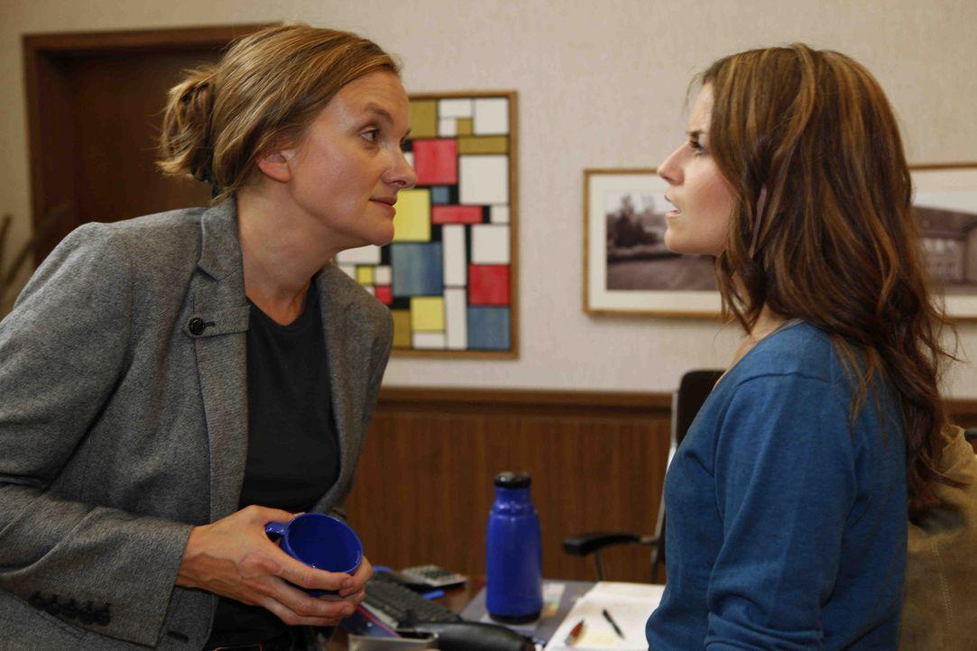 Bea (Vanessa Jung, r.) muss erkennen, dass die Gerüchte um Gabriele (Marie Schneider, l.) wahr sind - Gabriele trinkt ... - Bildquelle: SAT.1