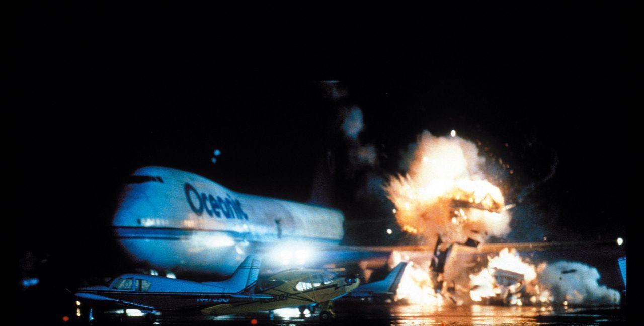 Ein Passagierflugzeug, auf dem Weg von Athen nach Washington, gerät in die Fänge von Terroristen, die mit einer Nervengasbombe an Bord einen Groß... - Bildquelle: Warner Bros. Pictures