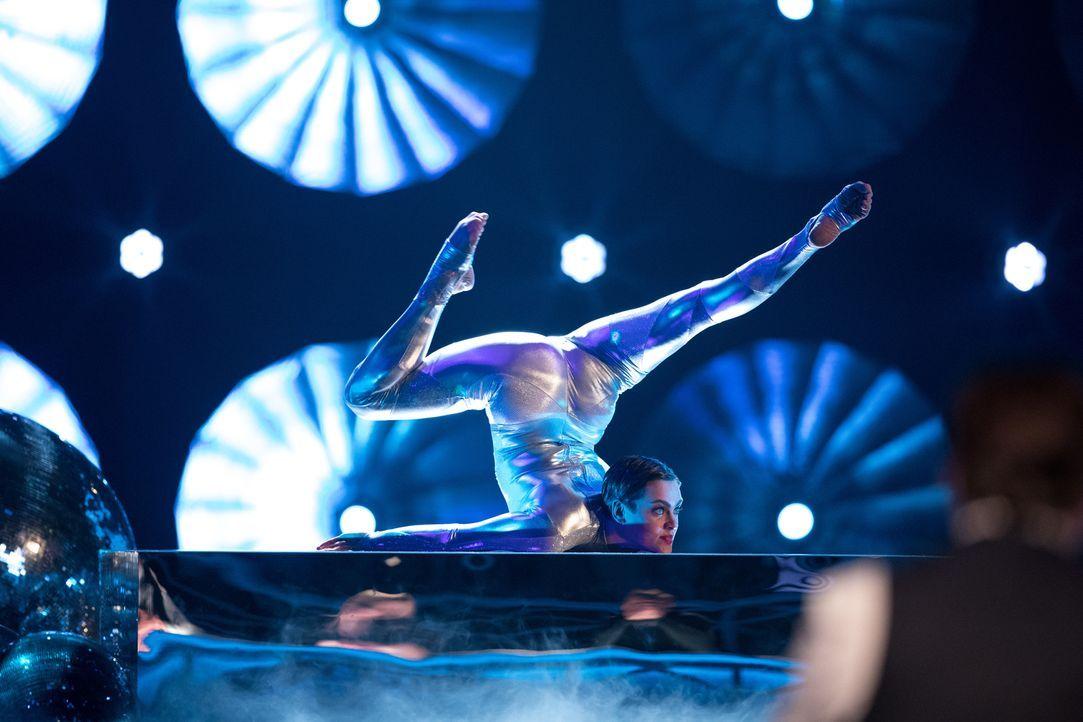 Die Akrobatin Nina Burri sorgt bei der Jury und beim Publikum für Erstaunen ... - Bildquelle: Stefan Hobmaier SAT.1