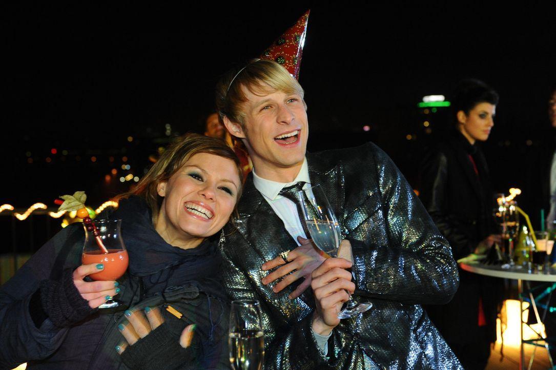 Obwohl Luca und Olivia nicht geheiratet haben, ist es schönes Fest geworden: Paule (Wanda Worch, l.) und Virgin (Chris Gebert, r.) ... - Bildquelle: SAT.1