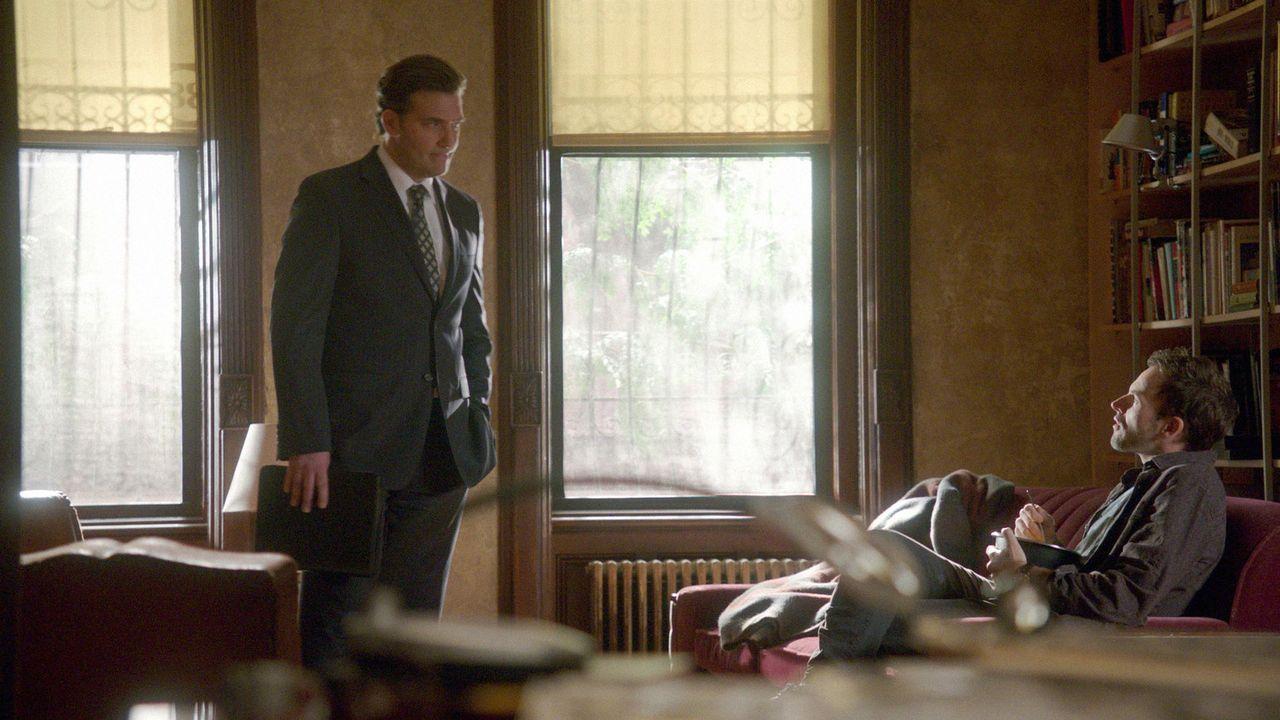 Sherlock Holmes (Jonny Lee Miller, r.) ermittelt in einem neuen Fall und stößt dabei auf Jim Fowkes (Craig Bierko, l.). Doch hat er wirklich etwas... - Bildquelle: CBS Television