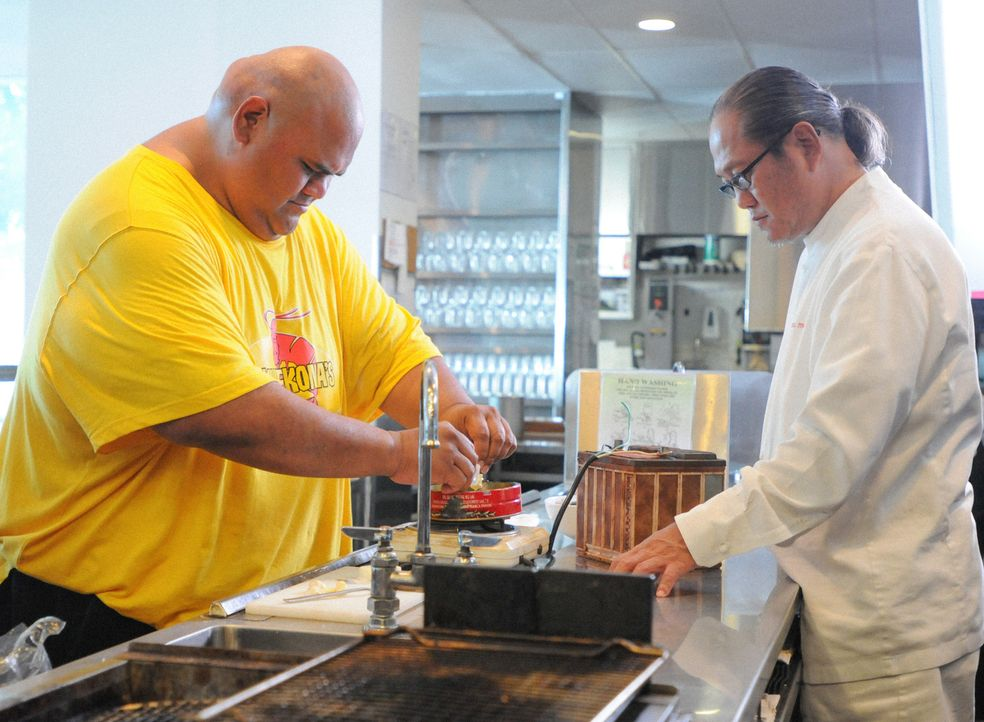 Kamekano (Taylor Wily, l.) möchte unbedingt gegen Chefkoch Sam Choy in einem Kochwettbewerb gewinnen. Damit das auch geschieht, hofft Steve auf die... - Bildquelle: Norman Shapiro 2014 CBS Broadcasting Inc. All Rights Reserved.