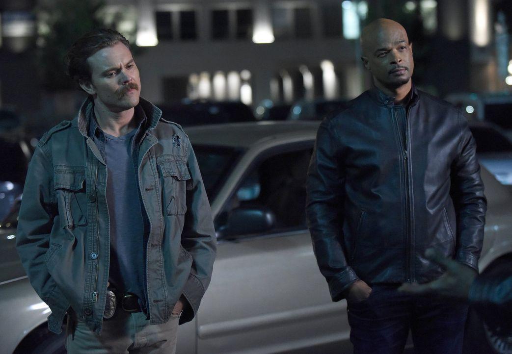 Bei den Ermittlungen zum Mord an einem Geldfälscher stoßen Riggs (Clayne Crawford, l.) und Murtaugh (Damon Wayans, r.) auf eine hochprofessionelle F... - Bildquelle: Warner Brothers