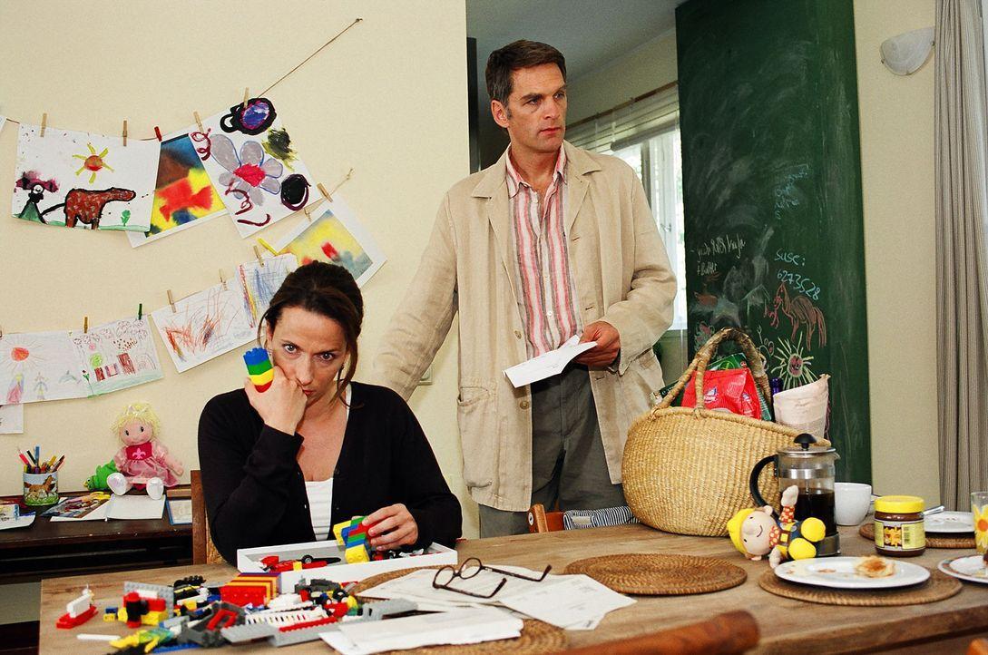 Plötzlich stehen die Eltern Ines (Claudia Michelsen, l.) und Stefan Herrlich (Walter Sittler, r.) vor einem riesigen Problem: Der Kindergarten, in... - Bildquelle: Sat.1