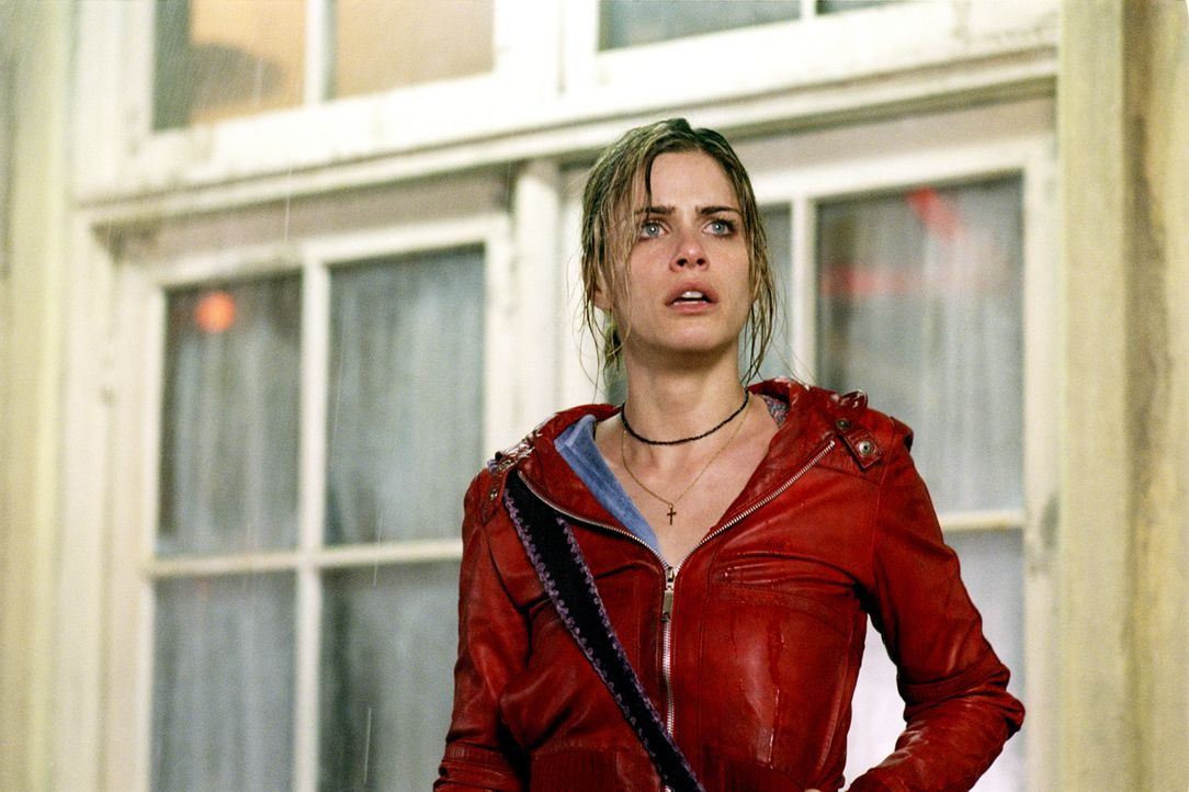 Auch Paris (Amanda Peet) landet durch eine Verkettung merkwürdigster Zufälle mit neun weiteren Personen in einem heruntergekommenen Motel ... - Bildquelle: 2003 Sony Pictures Television International. All Rights Reserved.