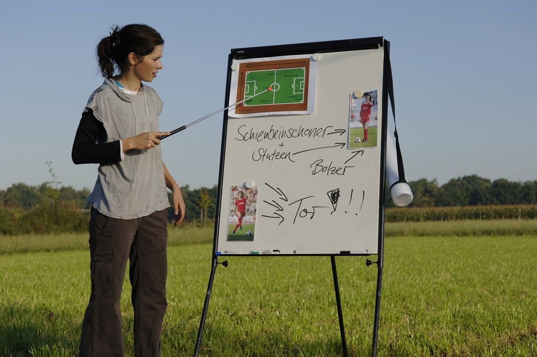 Anna (Nora Tschirner) bereitet ihre Mannschaftskolleginnen auf das große Duell vor ... - Bildquelle: Wüste Filmproduktion