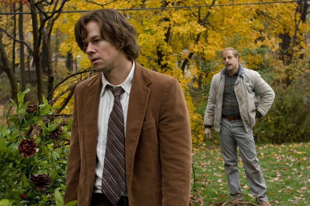 Schon bald keimt in Jack Salmon (Mark Wahlberg, l.) der Verdacht auf, dass der Nachbar, Mr. Harvey (Stanley Tucci, r.), der Mörder sein Tochter ist.... - Bildquelle: 2009 DW Studios L.L.C. All Rights Reserved.