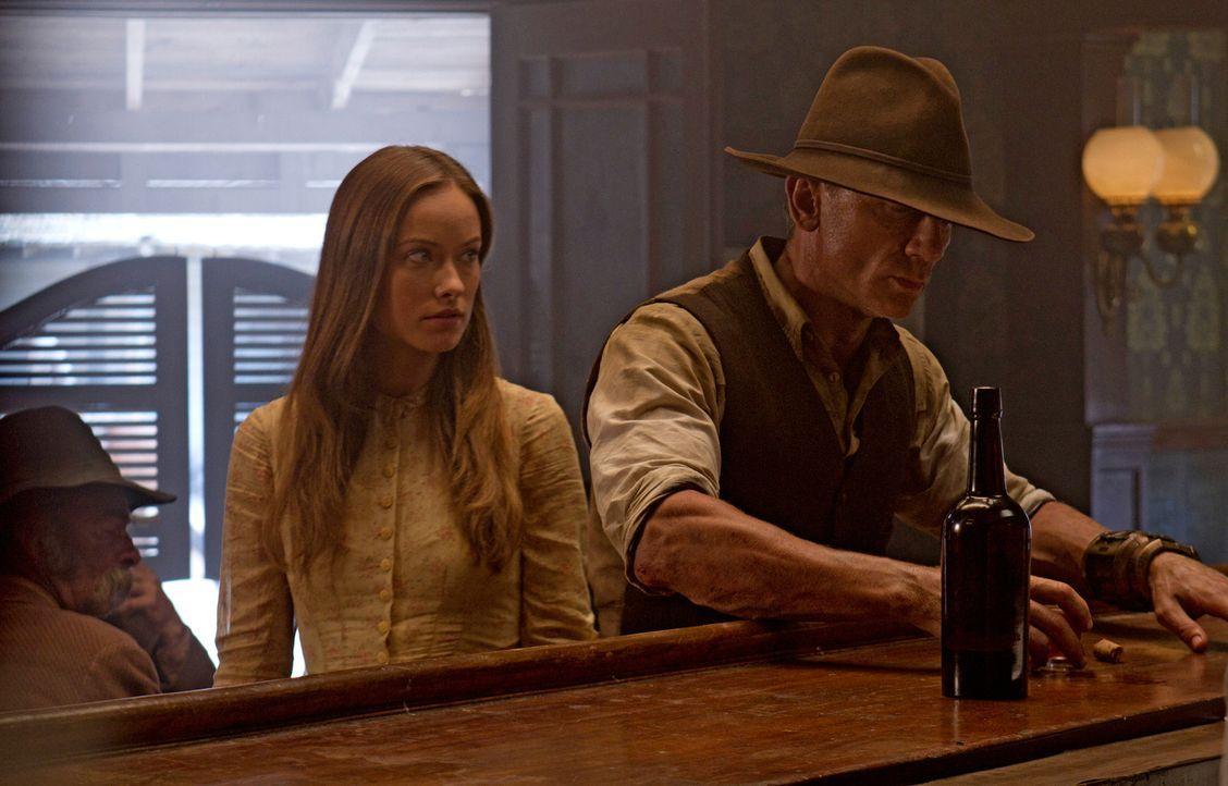 Nur die undurchschaubare Reisende Ella (Olivia Wilde, l.) ahnt, dass Jack (Daniel Craig, r.) ein Geheimnis mit sich trägt, mit dem man den übermächt... - Bildquelle: (2011) DREAMWORKS II DISTRIBUTION CO., LLC and UNIVERSAL STUDIOS.