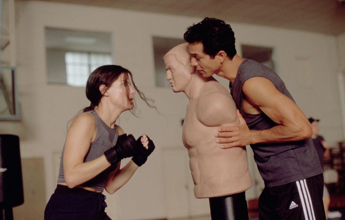 Ausgerechnet die toughe wie unfeminine FBI Agentin Gracie (Sandra Bullock, l.) wird von ihrem Kollegen Eric (Benjamin Bratt, r.) zu einem Undercover... - Bildquelle: 2000. Warner Brothers International Television Distribution Inc.