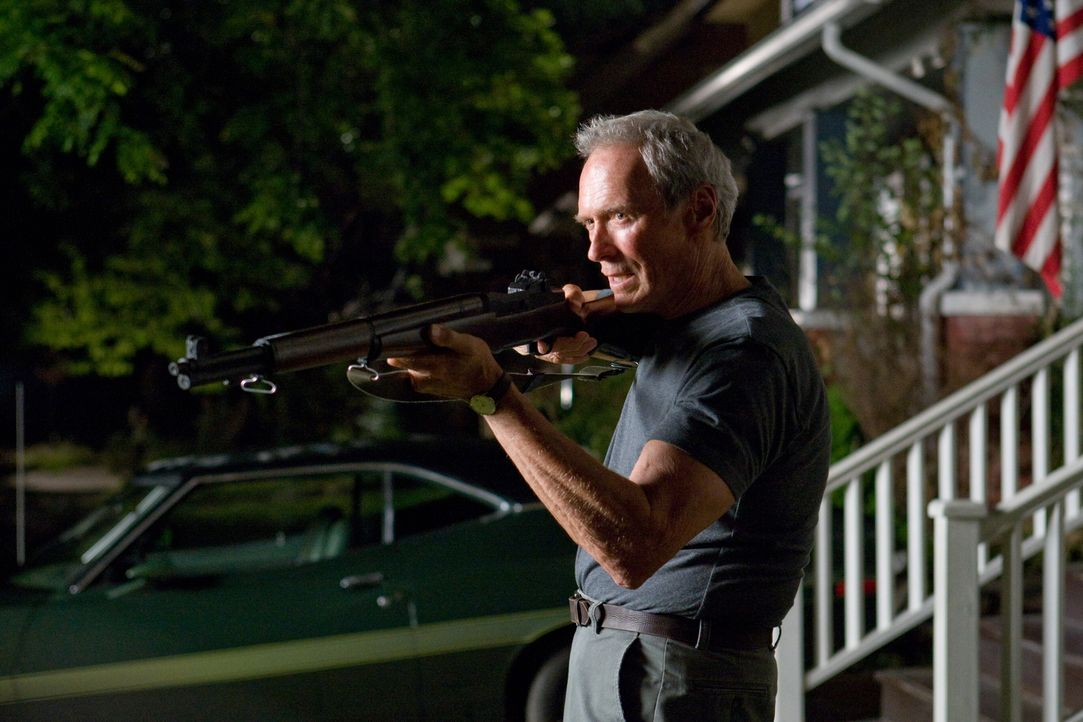 """Nach dem Tod seiner Frau liebt Korea-Veteran Walt Kowalski (Clint Eastwood) nur noch sein Sportcoupé """"Gran Torino"""". Menschen sind ihm suspekt, hasse... - Bildquelle: Warner Bros"""