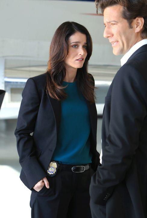 Hat Tommy Volker (Henry Ian Cusick, r.) etwas mit dem Mord an der Journalistin Cassie Flood zu tun? Teresa (Robin Tunney, l.) und Patrick versuchen... - Bildquelle: Warner Bros. Television