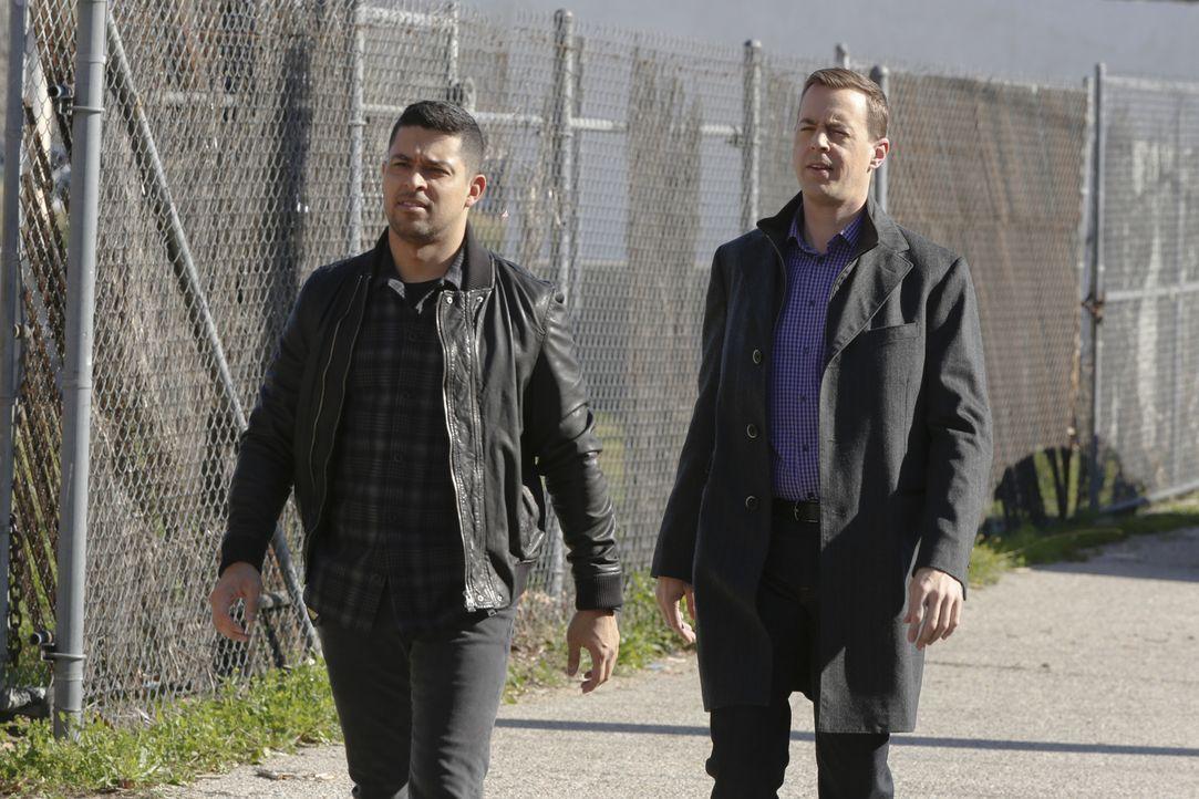 Nachdem ein Unbekannter McGees (Sean Murray, r.) Apartment völlig zerstört hat, fahnden McGee und Torres (WIlmer Valderrama, l.) nach einem der noch... - Bildquelle: 2016 CBS Broadcasting, Inc. All Rights Reserved