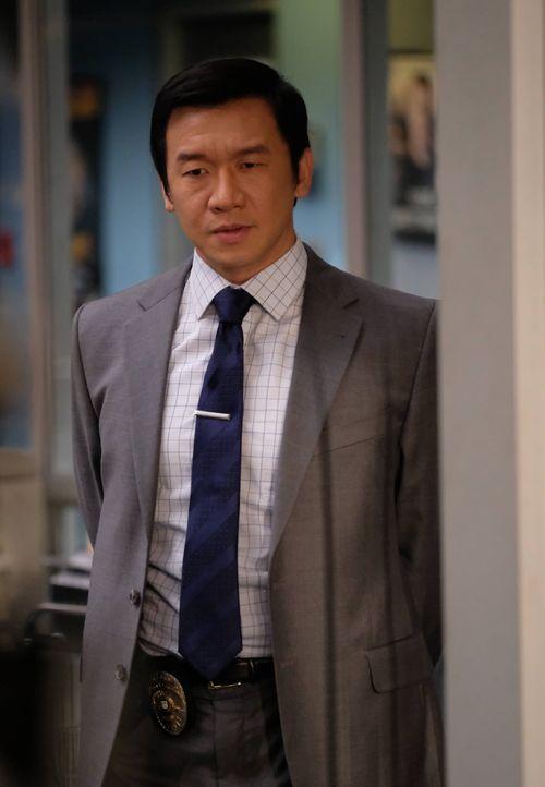 Soll Riggs und Murtaugh bei ihrem aktuellen Fall unterstützen: Detective Henry Cho (Chin Han) ... - Bildquelle: 2016 Warner Brothers