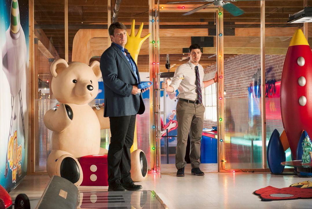Castle (Nathan Fillion, l.) muss herausfinden, wer den CEO einer großen Spielzeugfirma in Montreal umgebracht hat. Kann Matt Monroe (Brian Tichnell,... - Bildquelle: ABC Studios