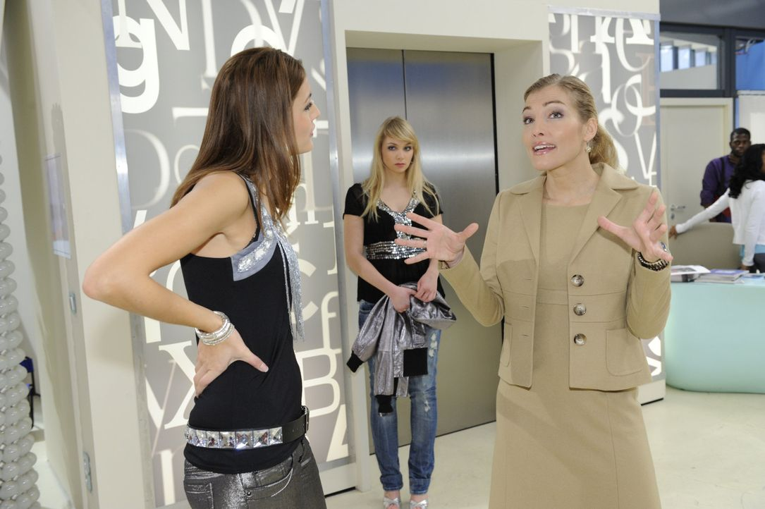 Während Lily (Jill Funke, M.) daran zu knabbern hat, dass Lars keinen Kontakt mehr mit ihr haben möchte, plant Annett (Tanja Wenzel, r.) ihre näc... - Bildquelle: SAT.1