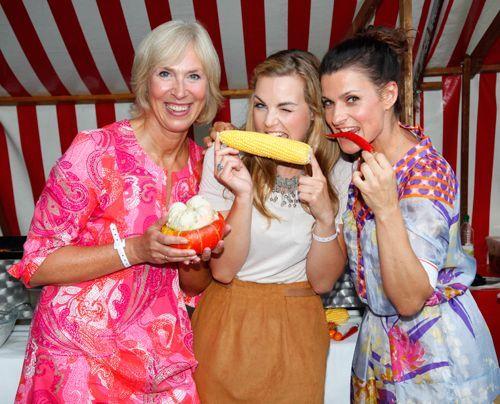 Den Damen schmeckt's: Gaby Papenburg (l.), Annika Kipp (M.) und Marlene Lufen. - Bildquelle: Sat1 Bernd Jaworek