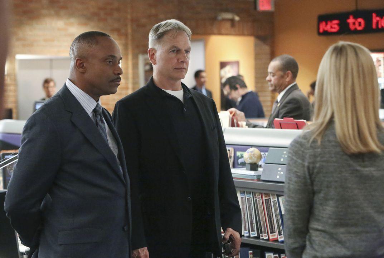 Noch ahnen Gibbs (Mark Harmon, M.), Bishop (Emily Wickersham, r.) und Vance (Rocky Carroll, l.) nicht, dass der aktuelle Fall schwieriger ist, als e... - Bildquelle: Patrick McElhenney CBS Television