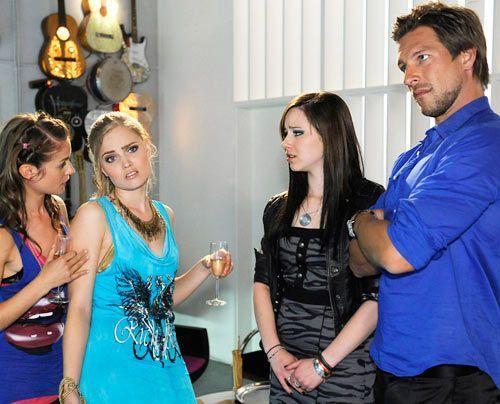 Luzi, Frank und Jenny machen sich Sorgen um Caro, die sich sehr seltsam benimmt ... - Bildquelle: Christoph Assmann - Sat1