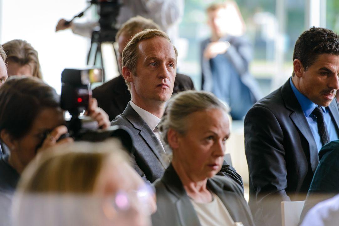 Minister Neumann (Stephan Kampwirth, l.) und sein Adlatus Lutz (Roberto Guerra, r.) können nicht glauben, dass die Kanzlerin nicht nur auf die Energ... - Bildquelle: Stefan Erhard SAT. 1