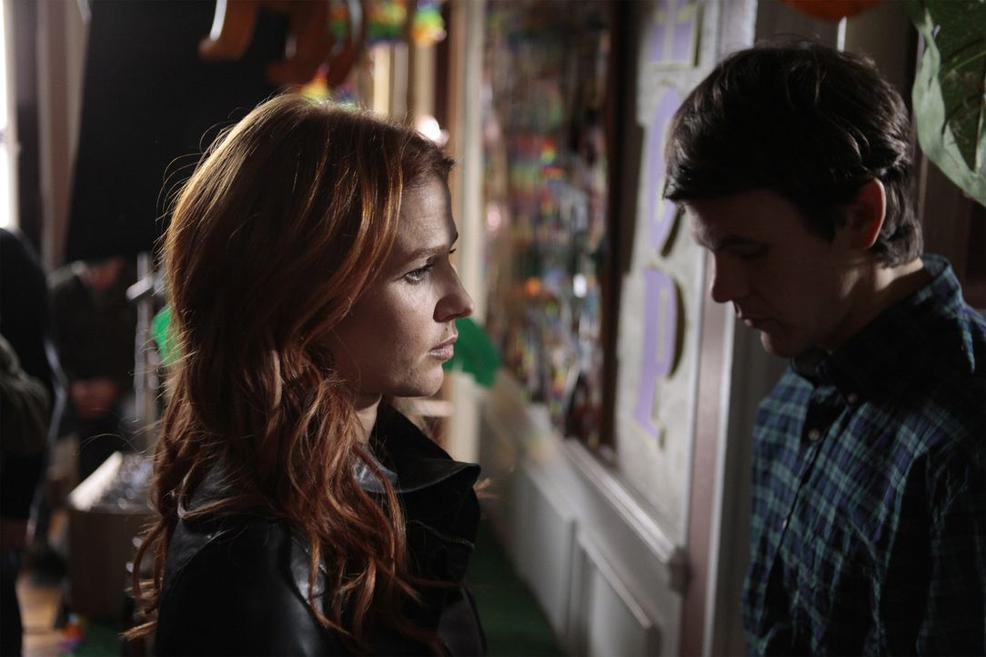 Carrie (Poppy Montgomery, l.) versucht alles, um den Mörder eines Studenten zu finden ... - Bildquelle: 2011 CBS Broadcasting Inc. All Rights Reserved.
