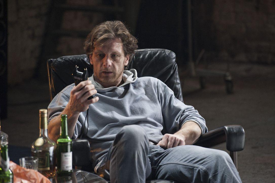 Während der Ermittlungen in einem neuen Mordfall trifft Mick auf Bernie Schaller (Hendrik Duryn), den Bewährungshelfer des Toten. Er ahnt nicht, d... - Bildquelle: Martin Rottenkolber SAT.1