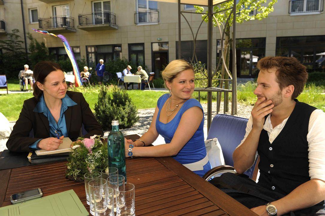 Mia (Josephine Schmidt, M.) und Enrique (Jacob Weigert, r.) hoffen auf eine gute Nachricht von Staatsanwältin Weiss (Doreen Fietz, l.) ... - Bildquelle: SAT.1