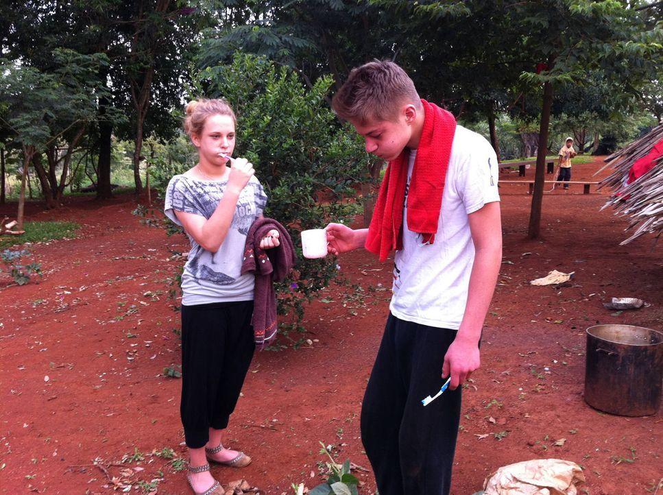 Die 16-jährige Sina (l.) und der 15-jährige Pascale (r.) werden von ihren Eltern in ein kleines Dorf im tiefsten Regenwald geschickt. Fließendes... - Bildquelle: kabel eins