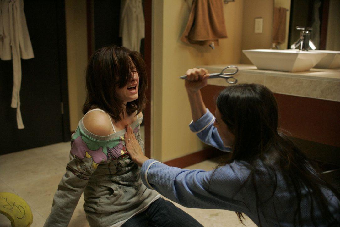 Die 17-Jährige Molly (Haley Bennett, l.) macht eine schwere Zeit durch, seit ihre Mutter (Marin Hinkle, r.) aus scheinbar heiterem Himmel versuchte,... - Bildquelle: Odd Lot International
