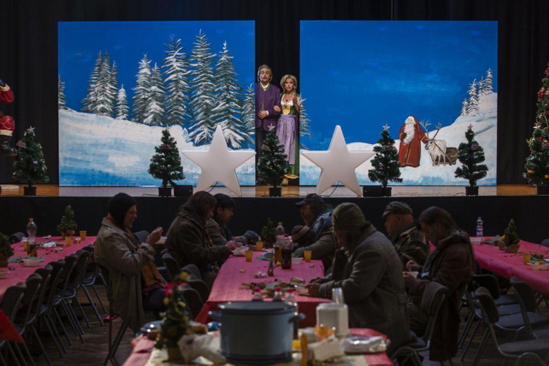 Die Charity-Gala haben sich Bastian alias Wolfgang (Bastian Pastewka, hinten l.) und Anke alias Anneliese (Anke Engelke, hinten r.) etwas glamourös... - Bildquelle: Frank Dicks SAT.1