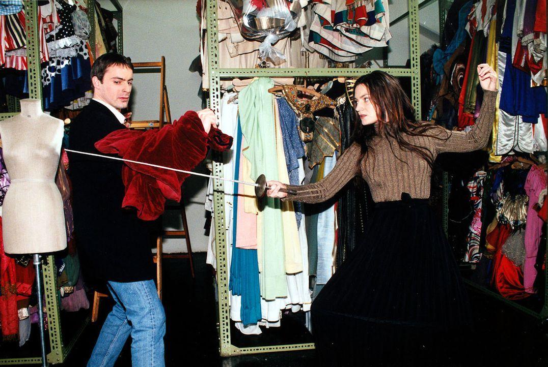 """Marion """"Sisi"""" Gruber (Marion Mitterhammer, r.) arbeitet in einem Kostümverleih und kennt sich nicht nur mit Kaiserin Sisi gut aus. Kommissar Brandtn... - Bildquelle: Ali Schafler SAT.1"""