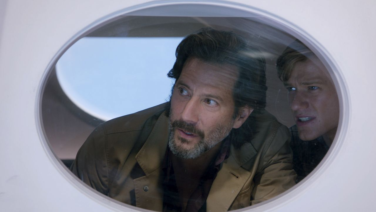 Russ Taylor (Henry Ian Cusick, l.); Angus MacGyver (Lucas Till, r.) - Bildquelle: 2020 CBS Broadcasting, Inc. All Rights Reserved