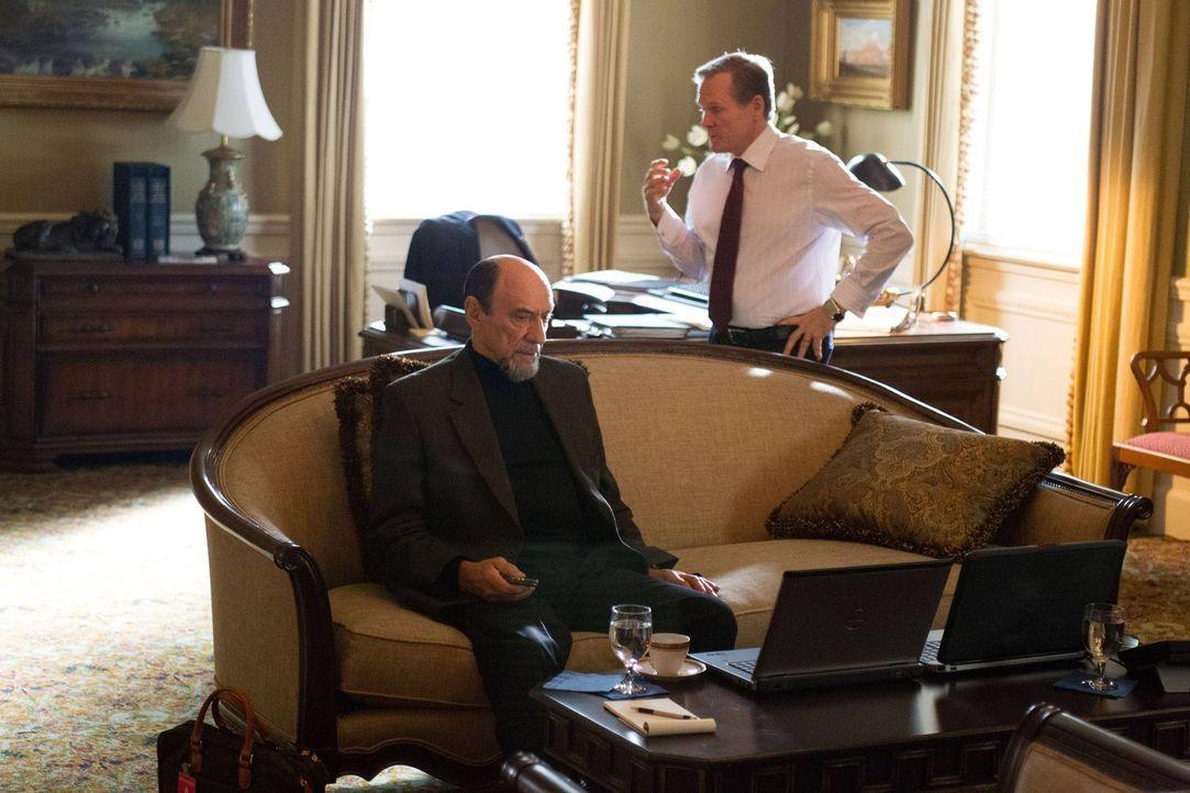 Brodys Geheimoperation ist im vollen Gange. Higgins (William Sadler, r.) und Adal (F. Murray Abraham, l.) verfolgen in den USA gemeinsam die Mission... - Bildquelle: 2013 Twentieth Century Fox Film Corporation. All rights reserved.