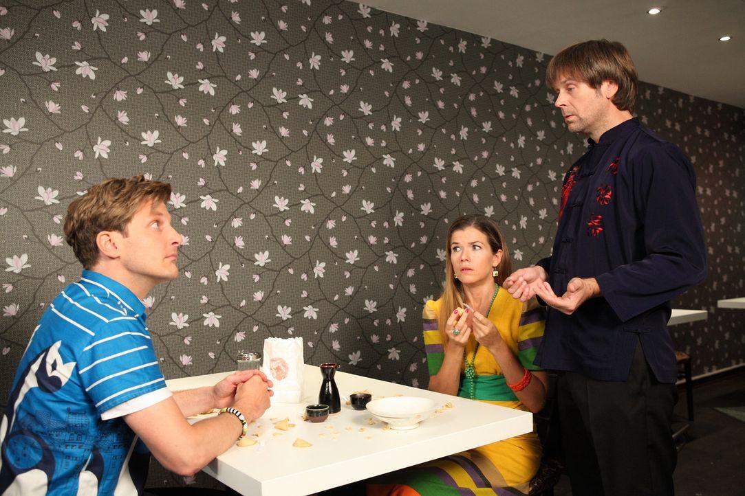 Silke (Anke Engelke, M.) und Ralf (Holger Stockhaus, l.) haben ihr erstes Date und lesen sich aus ihren Fortune Cookies gegenseitig die Sinnsprüche... - Bildquelle: Frank W. Hempel SAT.1
